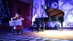 Duo Parhélies - 2013 - Métathèse 2 de Michel Sendrez (pour violoncelle chantant et piano à ustensiles) photo © Sarah Dhenin